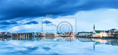 Schönes Panorama der Skyline Stadtbild von Reykjavik, spiegelt sich im See Tjornin an der blauen Stunde im Winter