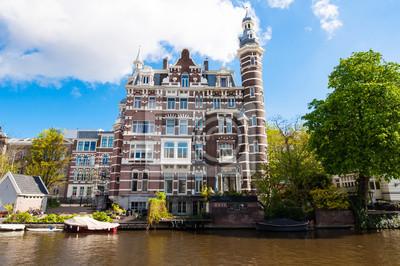 Schönes Residenzgebäude am Singelgrachtkering-Kanal in Amsterdam, Niederlande.