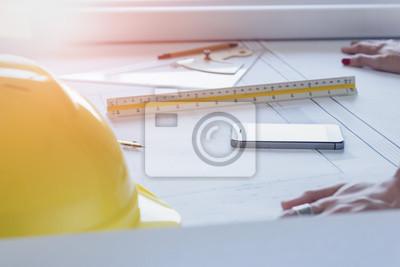 Poster Schreibtisch von Ingenieur-Designer und Architekt im Büro mit Ausrüstung und Zeichenpapier für Arbeitsplan am Abend Zeit