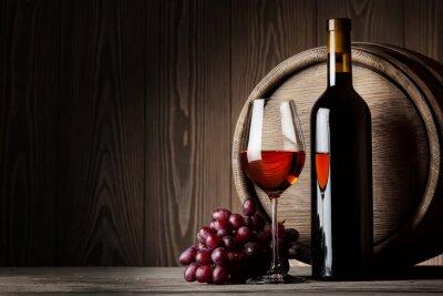 Poster Schwarze Flasche und Glas Rotwein mit Trauben und Faß