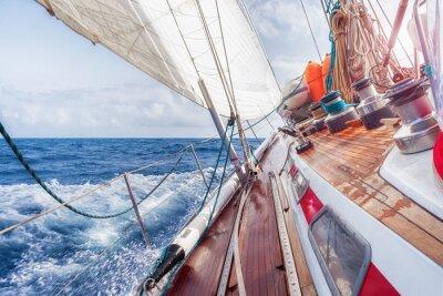 Poster Segelboot navigiert in den Wellen