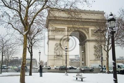 Seltene verschneiten Tag in Paris. Arc de Triomphe und viel Schnee