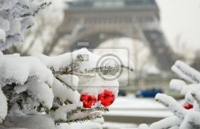 Seltene verschneiten Tag in Paris. Dekoriert Weihnachtsbaum und der Eiffel