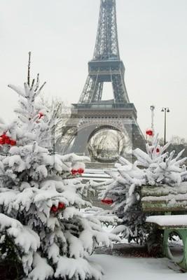 Seltene verschneiten Tag in Paris. Der Eiffelturm und dekoriert Christma