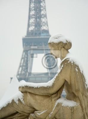 Seltene verschneiten Tag in Paris. Statue der Frau am Trocadero, der E