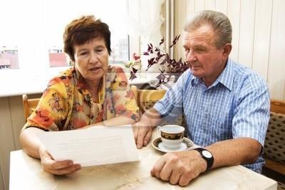 Senior Paar studieren Dokument zusammen im Haus