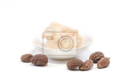 Shea Butter Nüsse und eine Tasse Shea Butter auf weiß