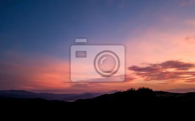 Poster Silhouette Landschaft unter Sonnenuntergang Himmel im Frühjahr mit Wolken im Hintergrund, Frühling Zeit in der Dämmerung