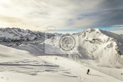 Skifahren unter französisch Alpen und EURO-förmige Felsen im Hintergrund