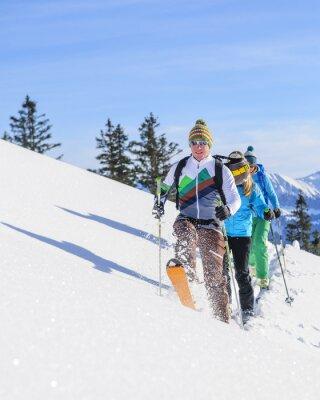 Poster Skitourengeher eine frische Spur im Pulverschnee