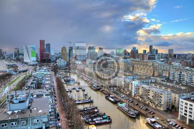 Skyline von Rotterdam, den Niederlanden, nur nach einem großen Sturm bei Sonnenuntergang