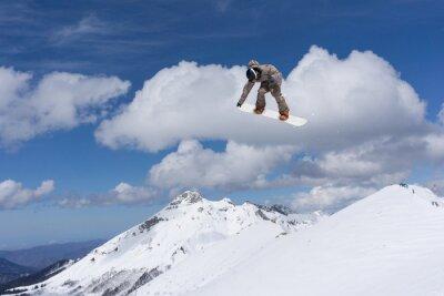Poster Snowboard springen auf Berge.