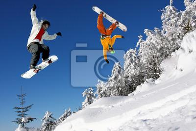 Snowboarder gegen blauen Himmel springt