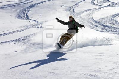 Snowboarder hat Spaß im Backcountry-Pulver in den italienischen Alpen