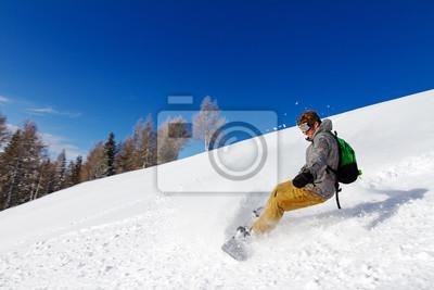 Snowboarder in der Tätigkeit an einem sonnigen Tag in den italienischen Alpen