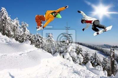 Snowboarder Springen gegen blauen Himmel