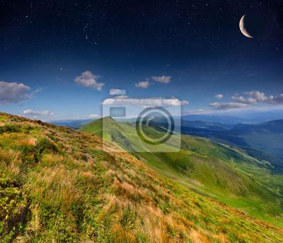 Sommerlandschaft in den Bergen mit Sternen und Mond in den Himmel