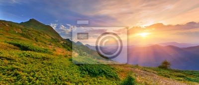 Sommerlandschaft in den Bergen. Sunset