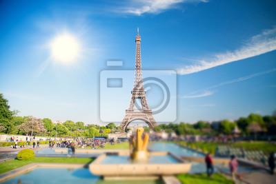 Sommertag die Sonne scheint über dem Eiffelturm Symbol von Paris.