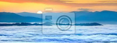 Sonnenaufgang über dem Nebelmeer in den Bergen auf den Sommer