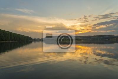 Sonnenuntergang im See spiegelt