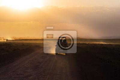 Sonnenuntergang in afrikanischen Savanne, Silhouetten von Safari Auto und Tiere, Afrika, Kenia, Amboseli Nationalpark