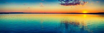 Poster Sonnenuntergang über dem See. Erstaunliche Panoramalandschaft