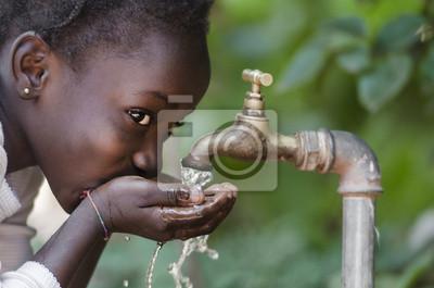 Poster Soziales Thema: African Black Child trinken Süßwasser aus Tap