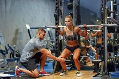 Poster Sport, Fitness, Teamarbeit, Bodybuilding und Menschen Konzept - junge Frau und persönliche Trainer mit barbell Biegen Muskeln in der Turnhalle