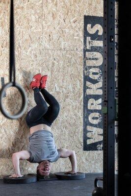Poster Sportler tun Übung für Fortgeschrittene