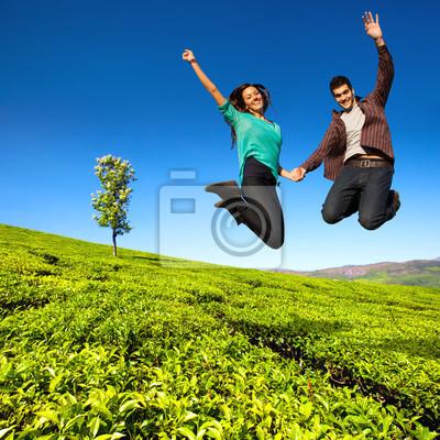 Springen Paar im grünen Bereich.