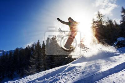Starkes Bild eines Snowboarder springt über einen Kicker im Backcountry-Pulver