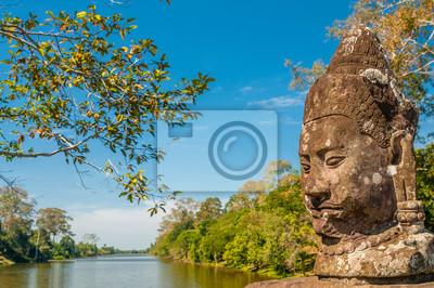 Statue an der Brücke zu Bayon mit Fluss