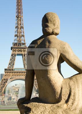 Statue der Frau am Trocadero Blick auf den Eiffelturm