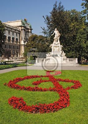 Statue von Amadeus Mozart mit Blumenbeeten als Violinschlüssel in Burg
