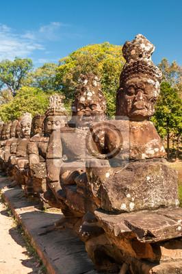 Statuen auf der Brücke zu Bayon