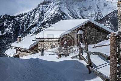 Steccato e baite con neve