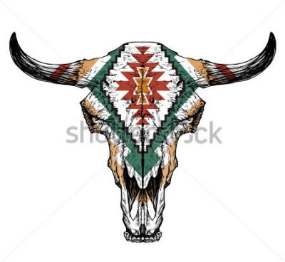 Poster Stier / Auroch Schädel mit Hörnern auf weißem Hintergrund. mit traditioneller Verzierung auf dem Kopf