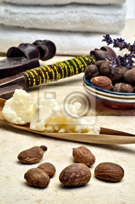 Stillleben von Shea-Nüssen und Butter