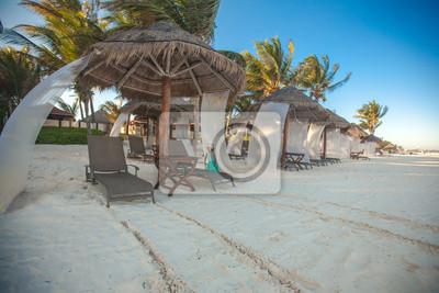 Strand Betten in der Nähe große Palme am tropischen exotischen weißen Strand