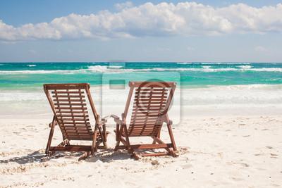 Strand Holzstühle für den Urlaub auf tropischen Strand in Tulum,