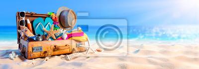 Poster Strand Vorbereitung - Zubehör im Koffer auf Sand