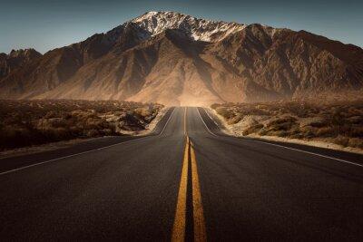 Poster Straße führt ins Gebirge