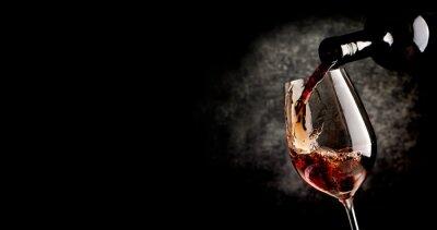Poster Strömender Wein auf schwarz