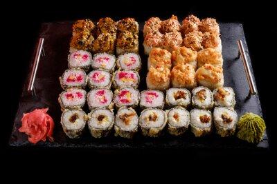 Poster Sushi auf einem schwarzen Hintergrund