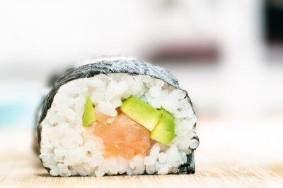 Poster Sushi mit Lachs, Avocado, Reis in Algen und Stäbchen auf Holztisch