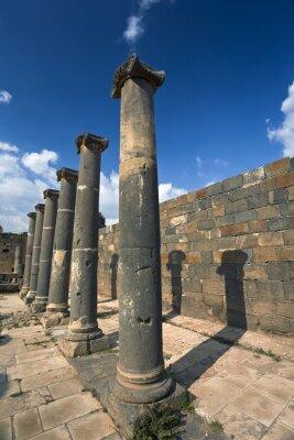 Poster Syrien. Bosra Die Reste der römischen Bäder - Basaltsäulen. Diese Seite befindet sich auf der UNESCO-Liste des Weltkulturerbes