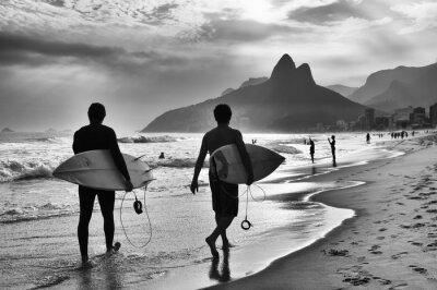 Poster Szenische Schwarzweiss-Ansicht von Rio de Janeiro, Brasilien mit brasilianischen Surfer entlang der Küste von Ipanema Beach zu Fuß