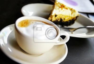 Tasse Kaffee von schaumig und Schokolade Sahnetorte