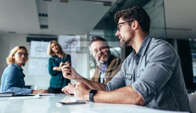 Poster Team von Fachleuten über neue Geschäftsprojekte diskutieren